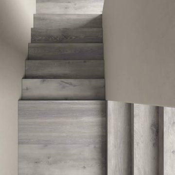 scale interne in gres porcellanato effetto legno